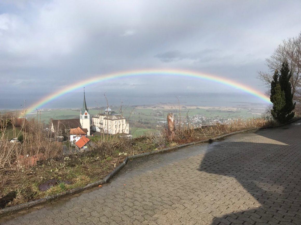 Regenbogen hoch über dem Bodensee